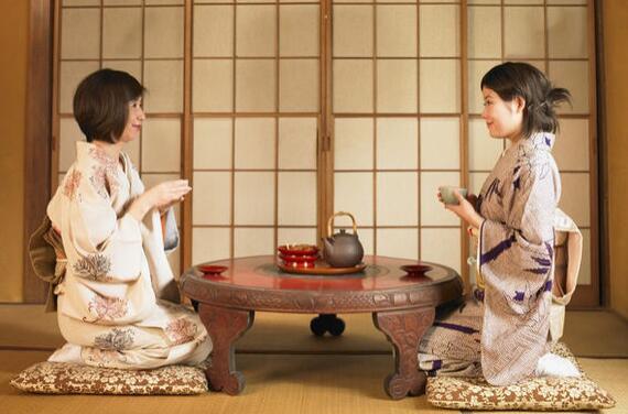 造访日本人家被请进和室时,一般来讲得在房外先跪坐著